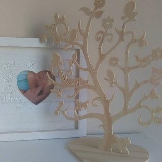 """Aujourd'hui je vous fait découvrir la jolie boutique de """" je rêve en bois """" , ou différente sorte d'essence de bois ( épicéa, peuplier, médium ...) vont serons proposé pour la réalisation de votre objet désiré Il y'en a vraiment pour tout le monde, de la déco pour la maison , aux objets pour enfants,  il y'a aussi des création utile et pratique  Moi j'ai par exemple opté pour ce très belle arbre à bijoux , je l'ai mis dans mon entrée pour la déco, car je ne peut pas mettre des bijoux dessous j'ai un petit de 3 ans qui grimpe partout ! Et il fait son petit effet !  Le Créateur sera très attentif et à l'écoute de votre demande, l'envoi est rapide est soigné Je recommande vivement, retrouver toute ses création sur etsy ( boutique en ligne )"""