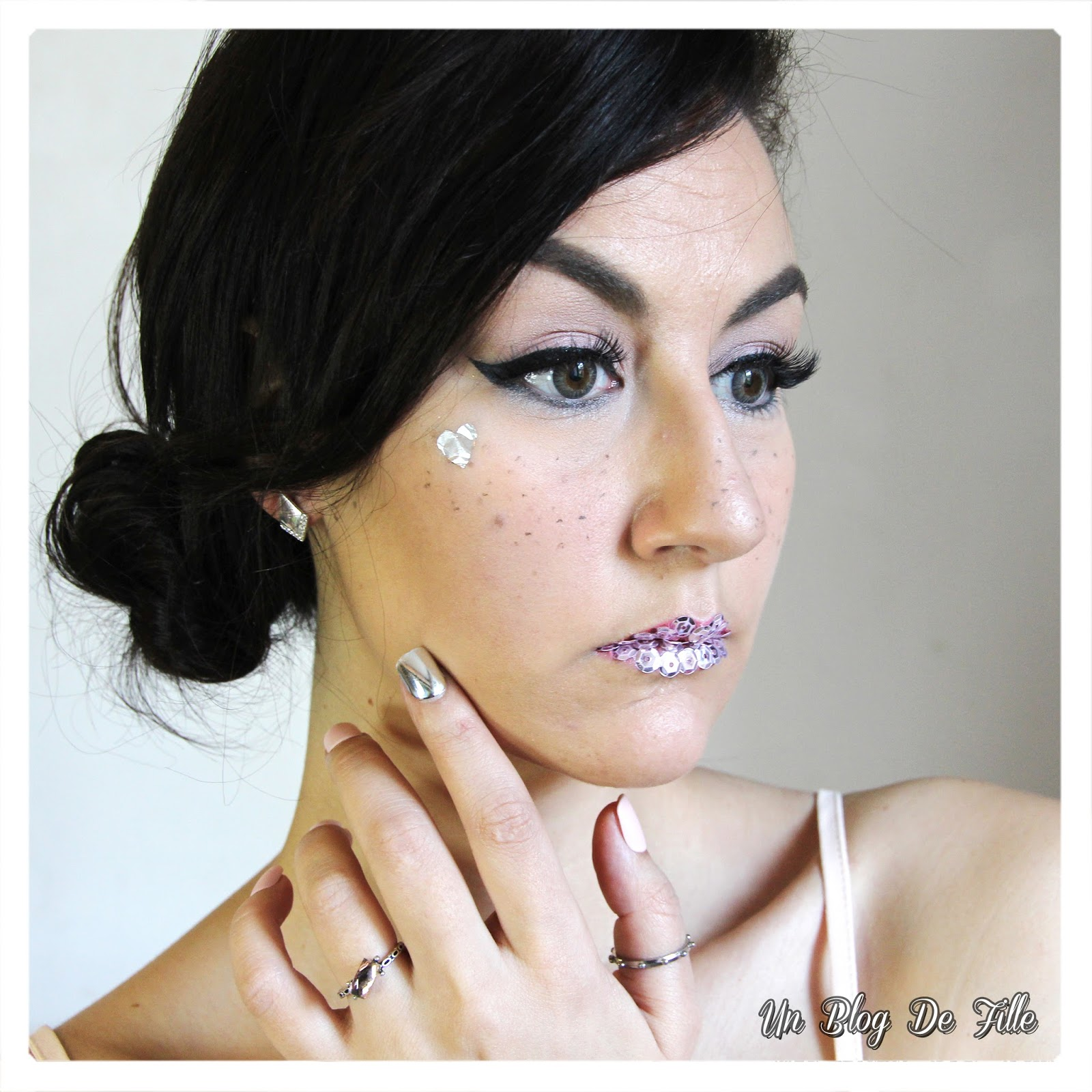 http://unblogdefille.blogspot.fr/2018/02/maquillage-romance-metallique-kiss.html