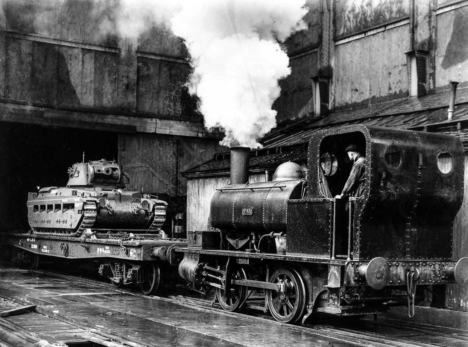 Un tanque británico es arrastrado por un tren desde una fábrica de Midlands con destino al Frente Oriental para ayudar a la Unión Soviética. 1941.