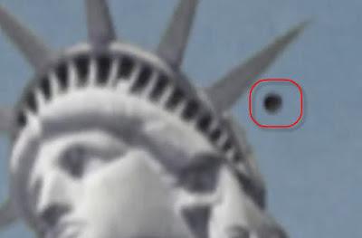 Il misterioso oggetto vicino alla corona della statua