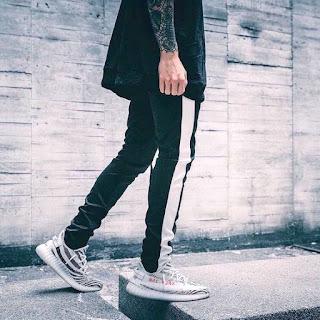 contoh model Celana Pencil Track Pants Koovs Warna Hitam Dan Ada Garis Putih pria