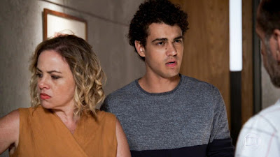 Guga (Pedro Alves) e Regina (Karine Teles) questionam Max (Roberto Bomtempo), em 'Malhação - Toda Forma de Amar' — Foto: TV Globo