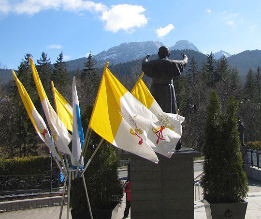 Pomnik papieża spoglądającego na Giewont.