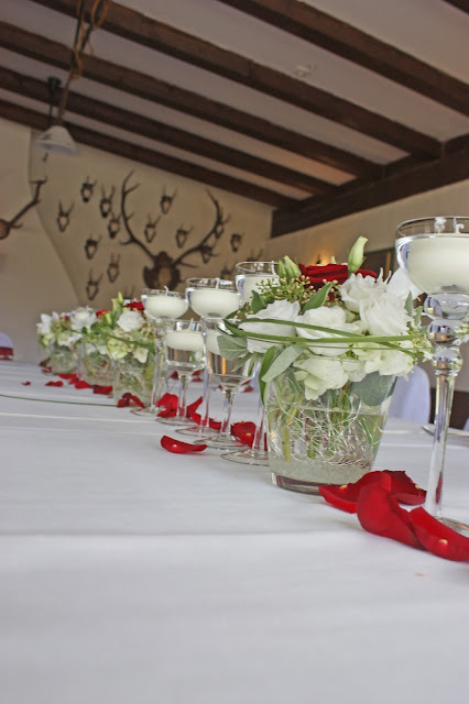 Blumenarrangements zur Hochzeit mit weißen und roten Rosen von Passiflori Penzberg - Hochzeit im Seehaus am Riessersee, Garmisch-Partenkirchen, Bayern - Wedding in Germany, Bavaria - center pieces with red and white roses for a spring wedding