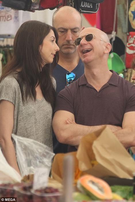 Billionaire Amazon Founder, Jeff Bezos Wraps His Arm -7770