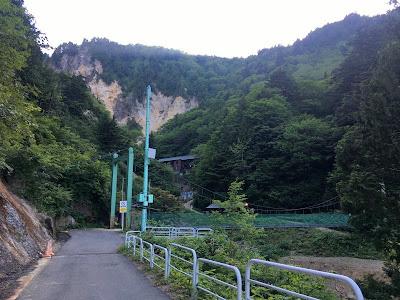 姥湯温泉前の吊り橋