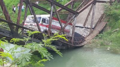 Puente de Montellano colapsa al momento que circulaba un camion repleto de Asfalto