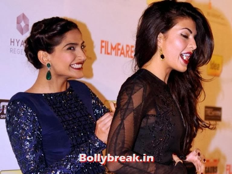 The two besties were seen huddled together in order to avoid any unwanted attention  , Jacqueline Fernandez Wardrobe Malfunction at Filmfare Awards - Sonam Kapoor to the rescue