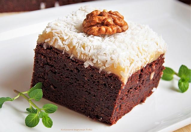 Brownie z marcepanem, kokosem i orzechami