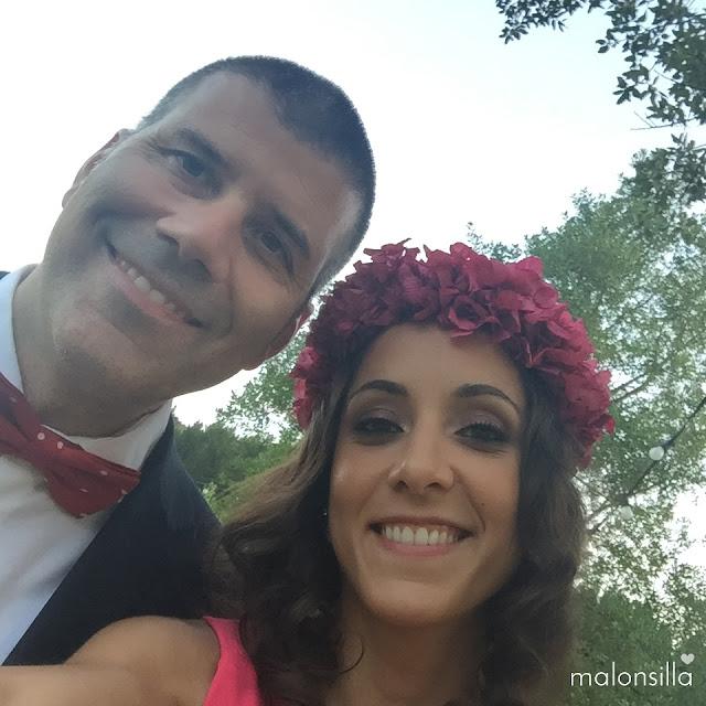 Selfie de invitados a boda, una pareja con la chica llevando una corona de hortensias preservadas fucsia