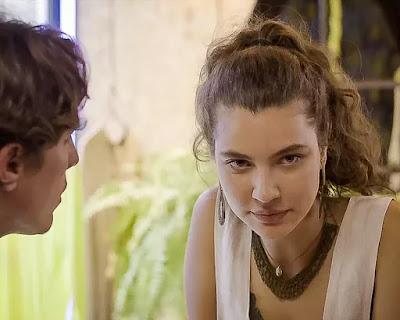 Rita (Alanis Guillen) garante a Rui (Romulo Arantes Neto)