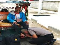 SEORANG POLISI CIUM KAKI TUKANG BECAK MOTOR (BENTOR) DI PANGKEP