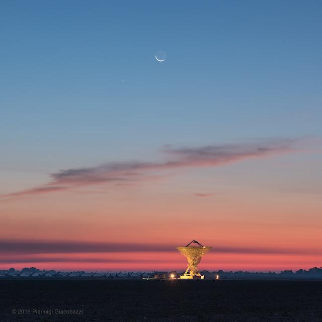 Mặt Trăng, Sao Thủy và Trạm Quan sát vô tuyến trong ánh hoàng hôn. Tác giả: Pierluigi Giacobazzi.