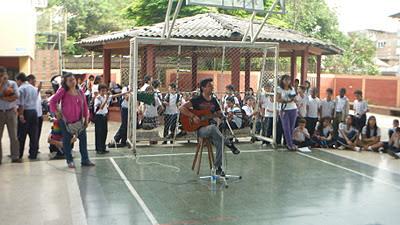 recordando su época escolar Mauricio bastidas cautivo a sus compañeros de colegio