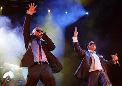 Foto de Franco y Oscarcito cantando en concierto