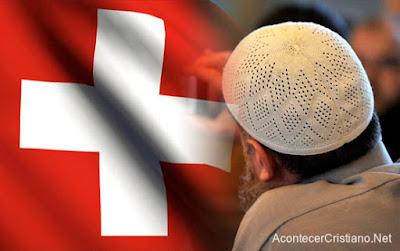 Inmigrantes musulmanes piden cambiar la bandera de Suiza