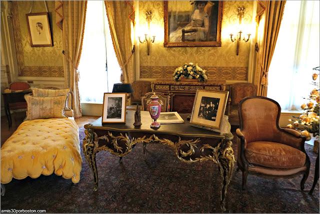 Escritorio del Dormitorio de la Señora Berwind en la Mansión The Elms en Newport