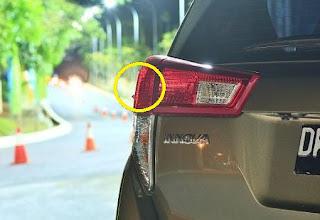 mungkin bagi kalian yang baru pertama kali melihat keanehan pada bagian lampu dari mobil  Fungsi Tonjolan Pada Lampu Belakang All New Innova