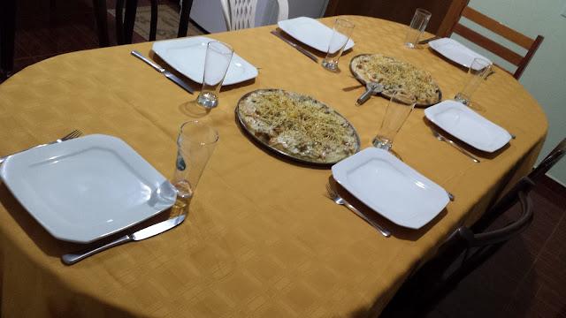 Mesa decorada para uma noite da pizza em casa