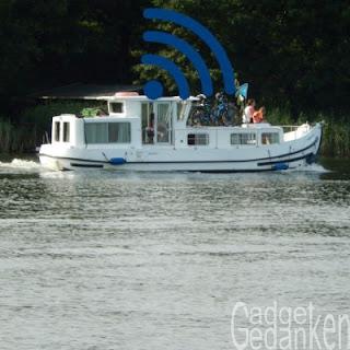 Hausboot in Fahrt mit WLAN-Symbol