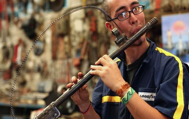Pedro Reyes faz obras de arte usando armas