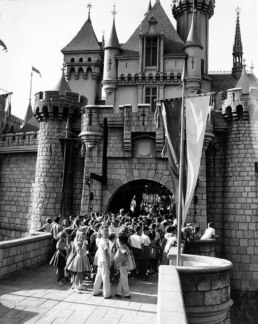 Rare Photos Of Disneyland Opening Day July 17, 1955 (36 Pics)
