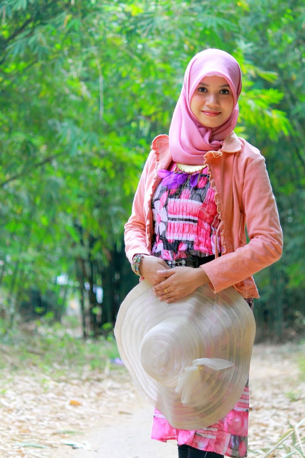 Hunting Model hijab cantik Hani Nirmalasari Jibaer Mahasiswa Kampus manis tunik Hunting Model hijab cantik Hani Nirmalasari Jibaer Mahasiswa Kampus manis elegan untuk wisuda