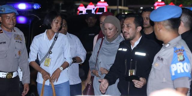Ibunda Ratna Sarumpaet Di Jenguk Dua Putranya Yang Membawa Beras Merah Yang Merupakan Kesukaan Ratna Sarumpaet