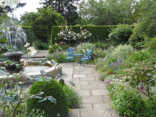 White Garden, kamienna ścieżka