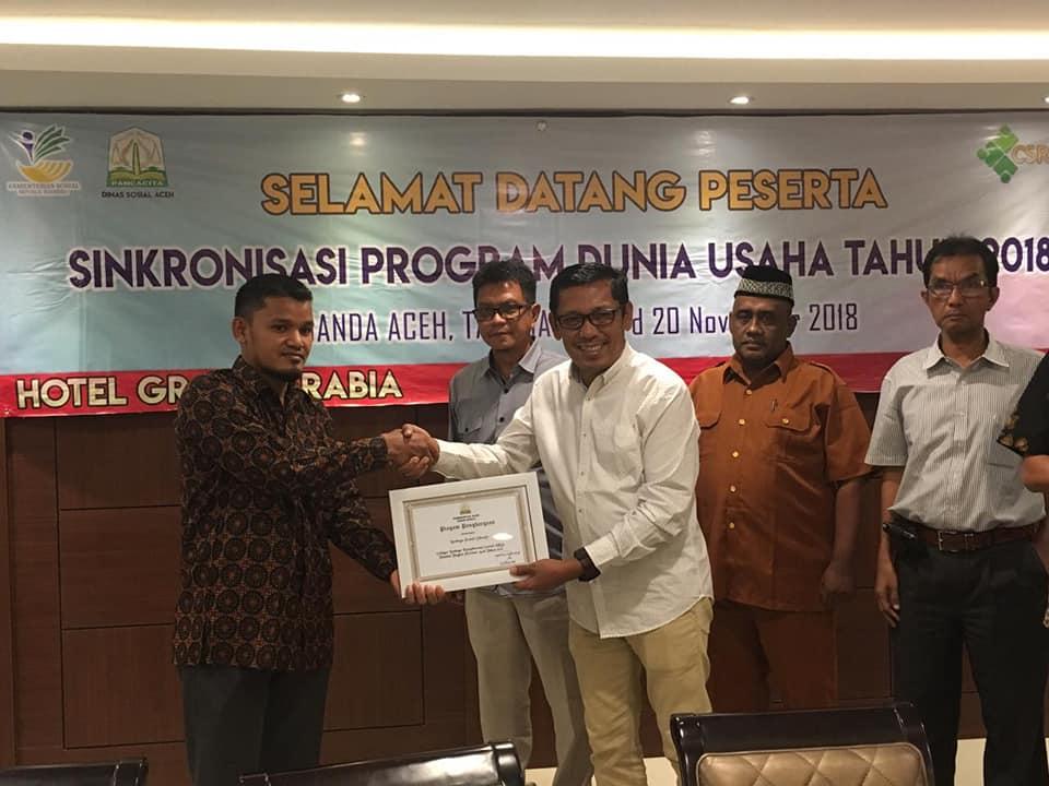 Pemerintah Aceh Menyerahkan penghargaan kepada LPD sebagai LKS Teladan Tahun 2018
