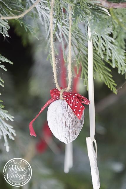 Nachdem Der Klebstoff Trocken Ist, Nun Noch Einen Knoten Um Die Masche  Binden   Fertig Ist Unser Erster Christbaumschmuck!