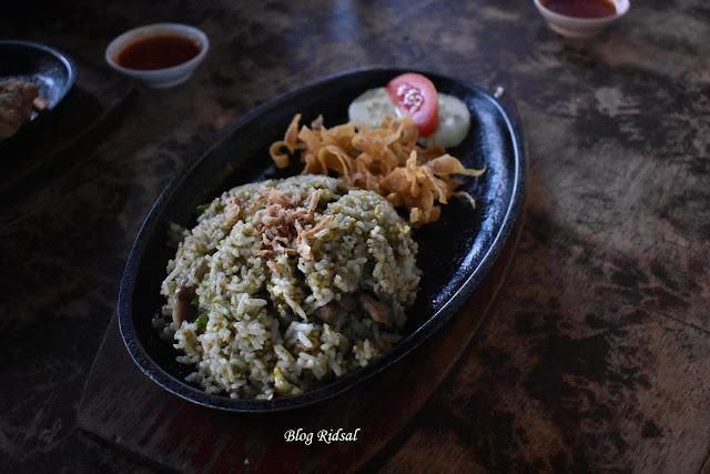 Raden'S Crispy Steak and Spicy Chicken: Bisa Nongkrong Sambil Nostalgia - Nasi Goreng