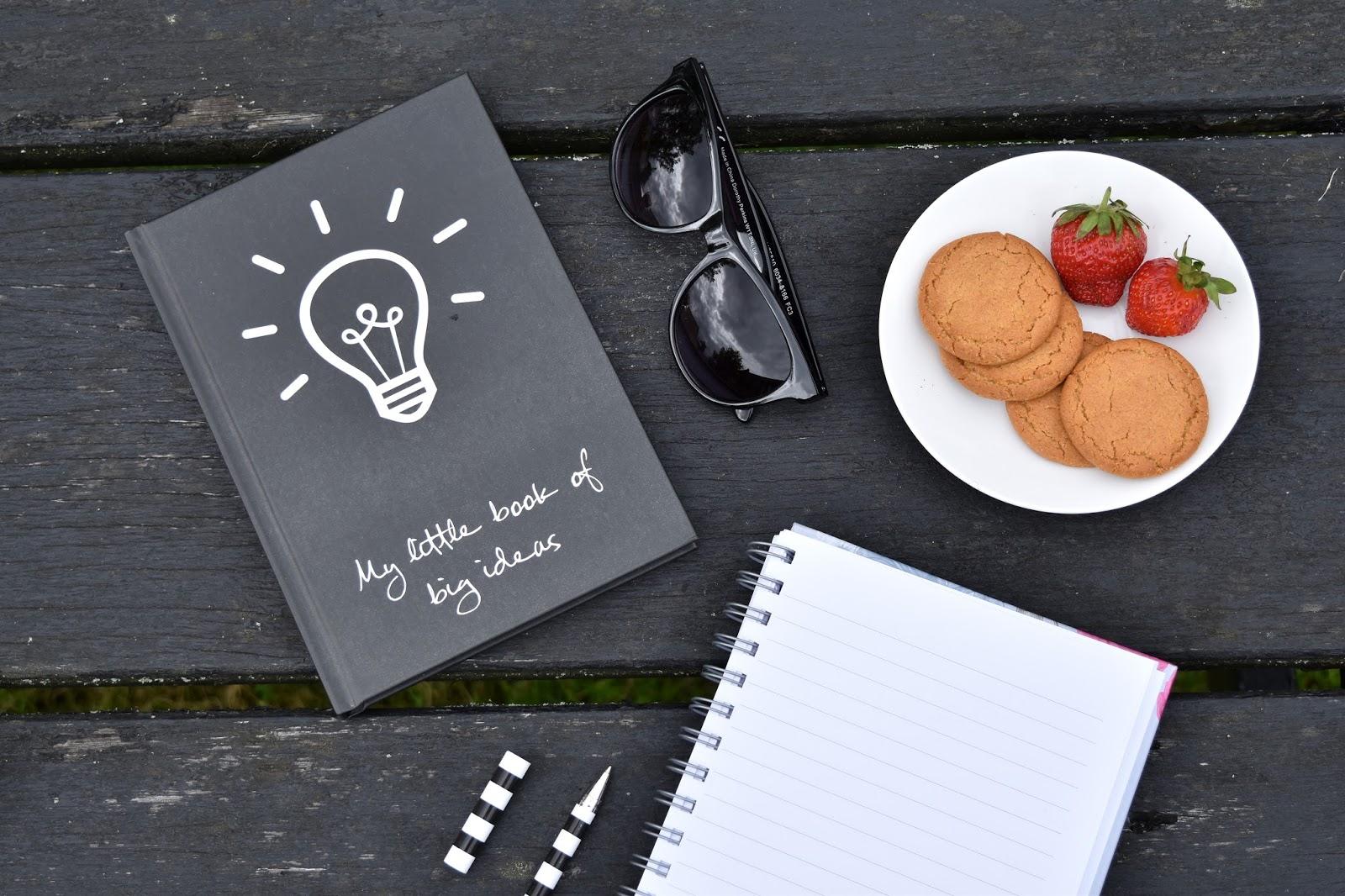 wakacje, co robić w wakacje, co zrobić w sierpniu, sposoby na nudę, notes, czarny notes, okulary przeciwsłoneczne, słodycze, ciastka, truskawki