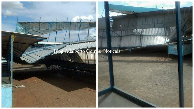 Em Piranhas, ventania deixa barracas da feira livre destruídas
