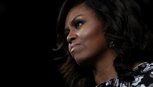 Michelle Obama chora e pede que jovens empoderem-se pela educação