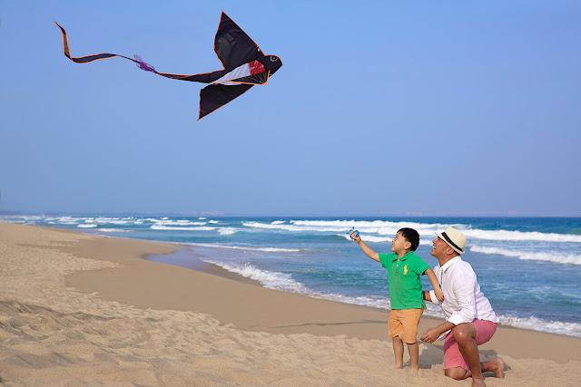 """Tam Á thuộc địa phận đảo Hải Nam Trung Quốc, nhờ khí hậu cận nhiệt đới trên đảo mà thời tiết ở đây dễ chịu quanh năm với biển xanh, cát trắng và nắng dịu nhẹ, cũng chính bởi thế mà Tam Á còn được gọi là """"Hawaii của phương Đông""""."""