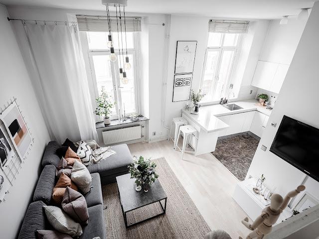 Dormitor deasupra intrării într-o garsonieră de 32 m²