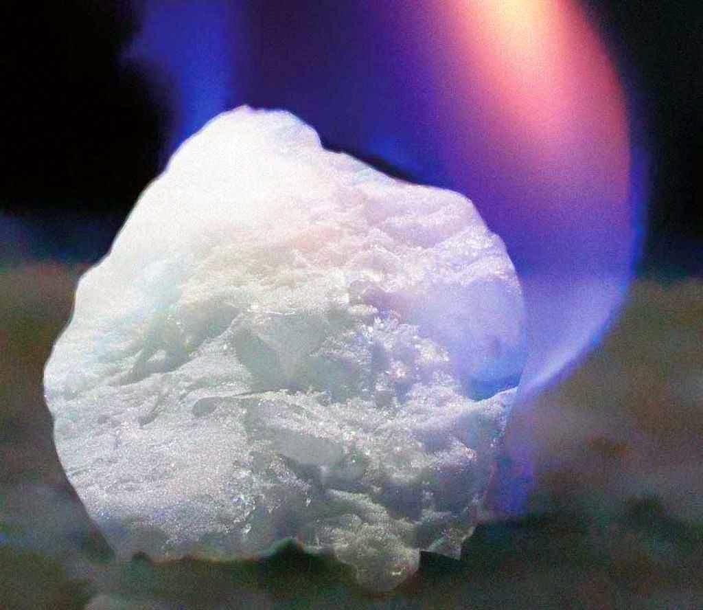 Gelo combustível moléculas de gás, principalmente metano, encapsuladas em uma estrutura de água congelada