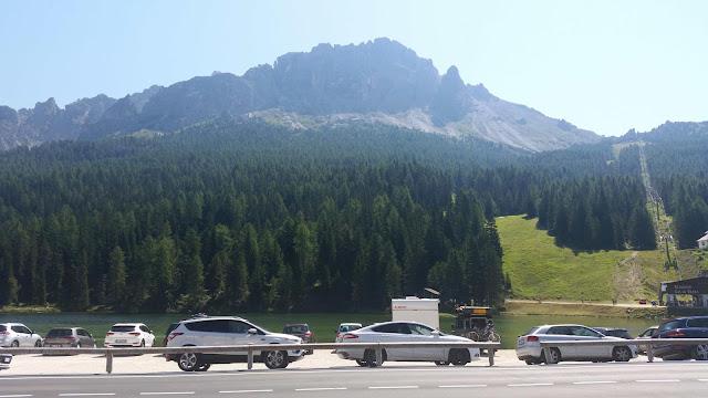 Parkende Autos am Misurinasee auf der Großen Dolomitenstrasse in Südtirol, Italien