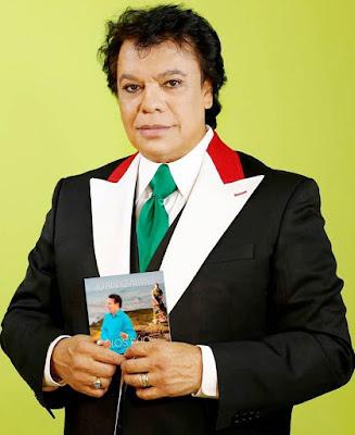 Foto de Juan Gabriel mostrando su disco