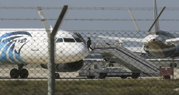 مفاجأة الخاطف طلب التوجه لهذه الدولة وقائد الطائرة المصرية رفض