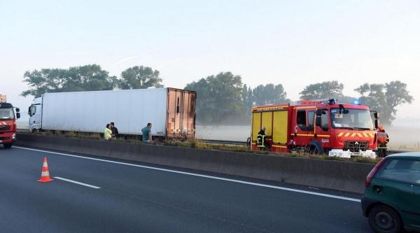 Un accident provoqué par un barrage de troncs d'arbres installé par des migrants a fait un mort sur l'A16, à Guemps, ce mardi matin vers 4h. Photo Guy DROLLET La Voix du Nord