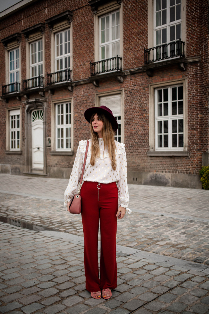 Outfit: 70s inspired in flared knit trousers and ruffled blouse