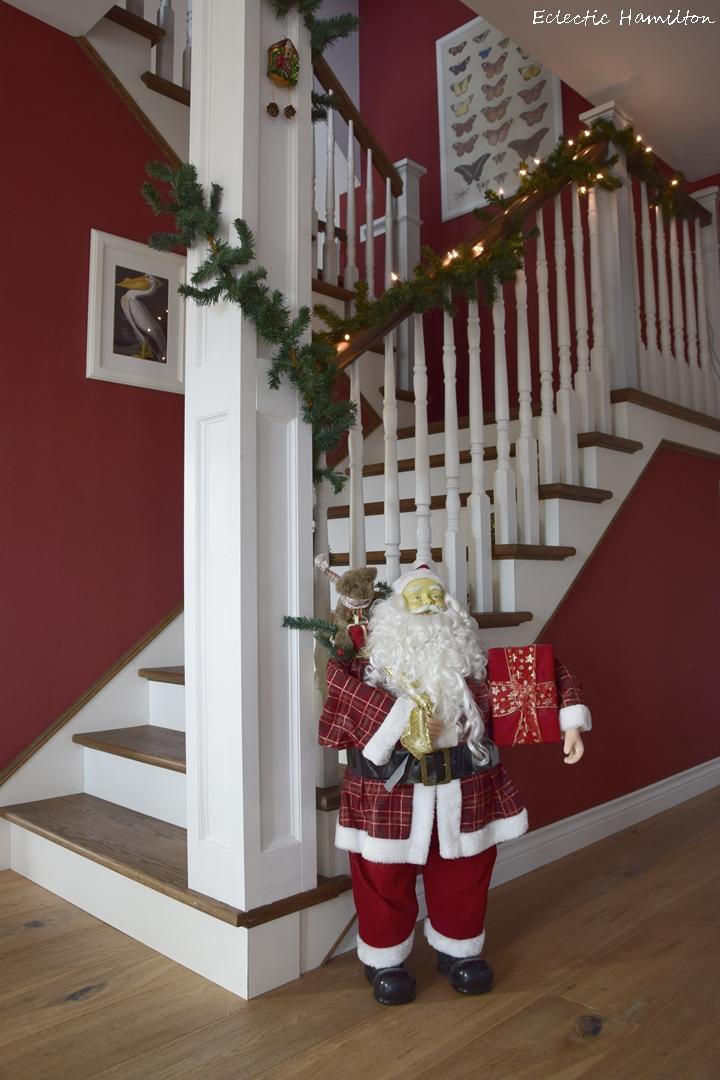 Weihnachtsdeko Amerikanisch santa claus im treppenhaus eclectic hamilton