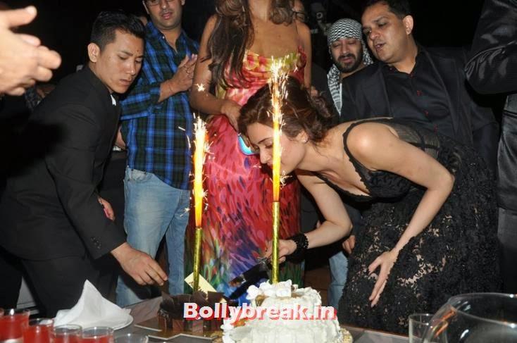 Karishma Tanna cuts her birthday cake, Karishma Tanna's Birthday Bash Pics