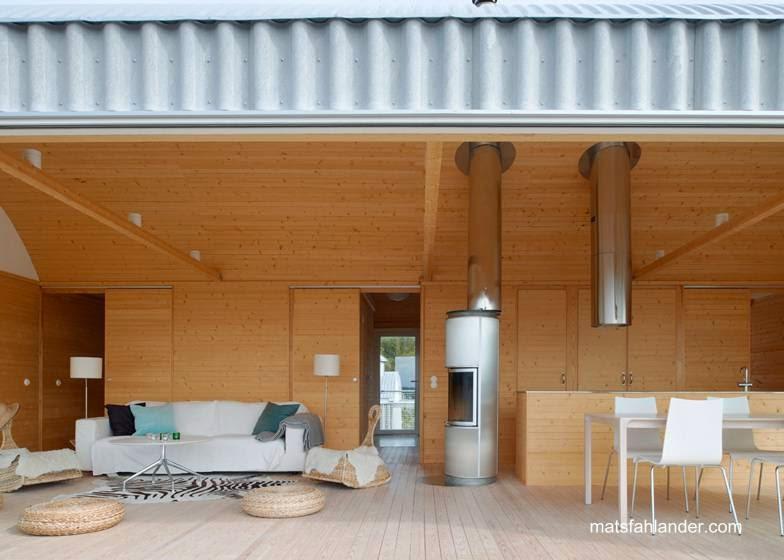 Interior de casa de verano en la costa de Slavik, Suecia