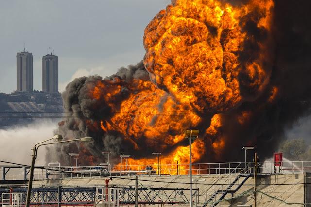 Um grande incêndio atingiu uma refinaria de petróleo na cidade de Haifa, em Israel, neste domingo (25), segundo a agência de notícias AFP
