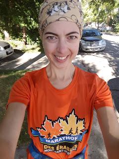 Coureuse souriante, T-shirt Marathon des Érables, rue de Montréal l'été