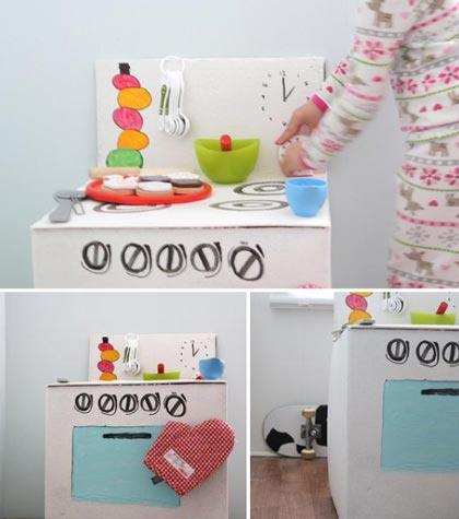 karmuca y cuquino cocinar en una caja