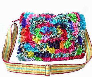 http://www-en-rhed-ando.blogspot.com.es/2014/01/como-hacer-bolsos-de-trapillo-con.html#.U5dEPXbb41Y